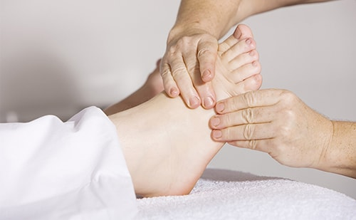 Foot-massage-SCI-treatment-min